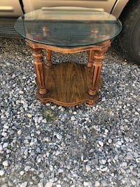 Slamming Saturday deal!! Solid wood glass topped circular end table !! Only one !! 21x25x25 1030 mi