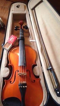 Brown violin with bow and