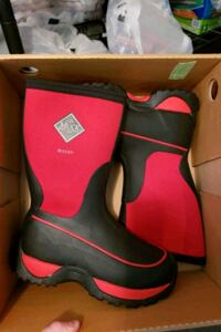 Youth muck boots size 3 Grottoes, 24441