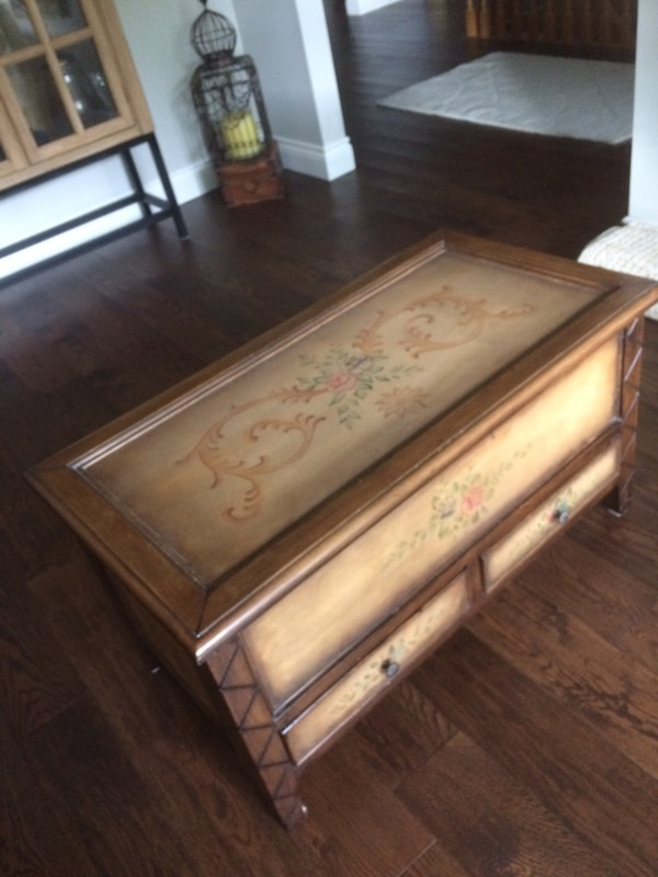 Coffee table/trunk wood with hand paint 86e8d24b-56ab-458d-9afc-978701ccc40d