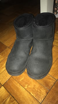 Pair of black sheepskin boots Washington, 20017