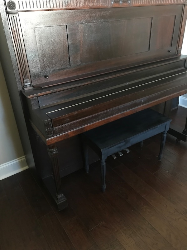Piano upright brown fee9c096-035e-486b-8049-d88423be1443
