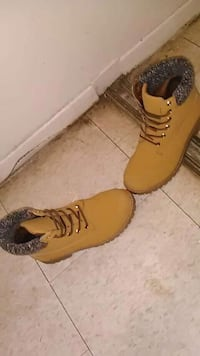 pair of brown suede work boots St. Catharines, L2R 2M5