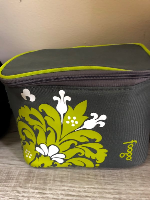 Lot of 4 Insulated Totes lunch bags e36fe869-c068-403f-87dc-90068677a824