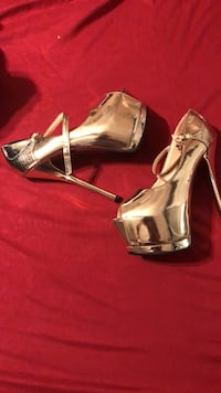 Pair of gold-colored open-toe heels Surrey, V3W 0J4