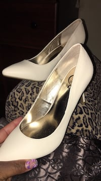 Pair of white leather pointed-toe pumps Aurora, 60506