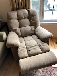 Two LA-Z-Boy recliners GAITHERSBURG