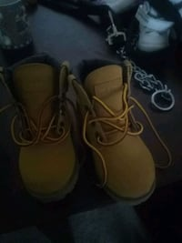 pair of brown leather work boots 41 km
