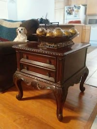 Cherry wood end table with decorative topper Las Vegas, 89131