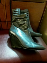 pair of gray leather heeled shoes with box 550 km
