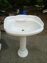 white ceramic pedestal sink