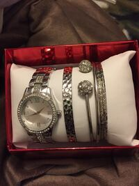 Round silver analog watch with silver link bracelet Newmarket, L3Y 3Z9