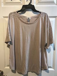 XL Top with Lace detailing on sleeves Milton, L9T 7A4