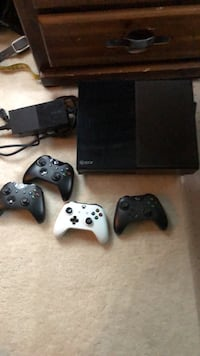 xbox 1 with controllers Wilmette, 60091