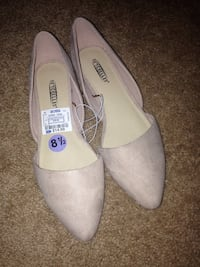 pair of white leather pointed-toe flats 57 km