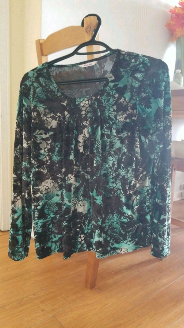 green and black floral long-sleeved shirt