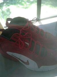 pair of black-and-red Nike basketball shoes Tracy, 95376