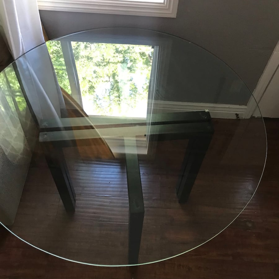 Glass table  0120ee72-b56a-4f97-ae09-4a7022506c43