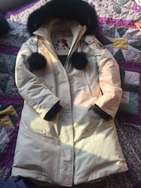 Moose knuckle cream parka size:M very good condition. Mississauga, L5B 4M1