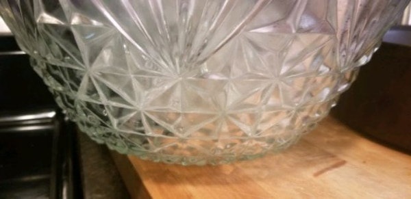 Punch bowl with 8 matching cups dfd30b96-0837-49d5-bb2f-faff515db656
