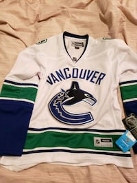 NWT..women's White official NHL Canucks jersey....with tags never worn Burnaby, V5G 1N7