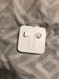 Apple Headphones with Remote and Mic Toronto, M6R 2H3