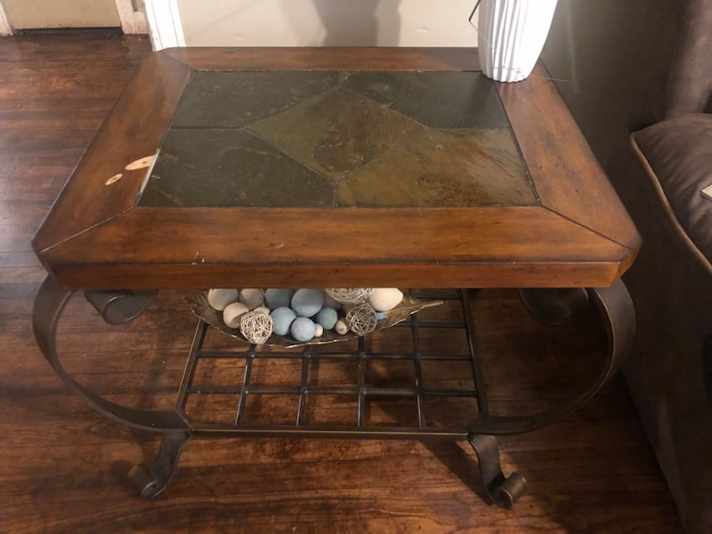 Coffee table and end table a27fb3af-23ea-42fd-8fbb-d85727460fe2