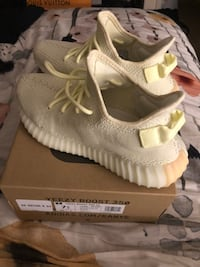 pair of white adidas Yeezy Boost 350 with box Colmar Manor, 20722