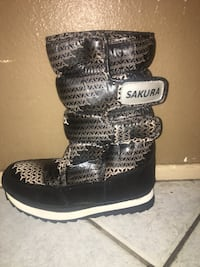 Pair of black-and-gray boots size 8 Los Angeles, 91316