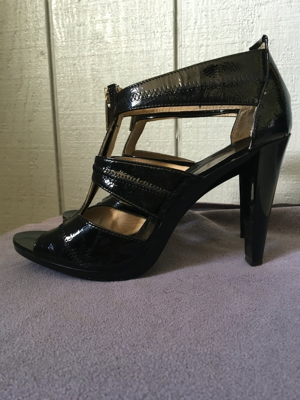 343198e7471c3 Begagnad Michael Kors Black Heels with gold front Zipper till salu i ...
