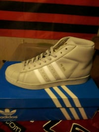 unpaired white Adidas high-top sneaker with box Severn, 21144