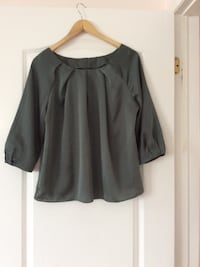 Green scoop-neck long-sleeve shirt