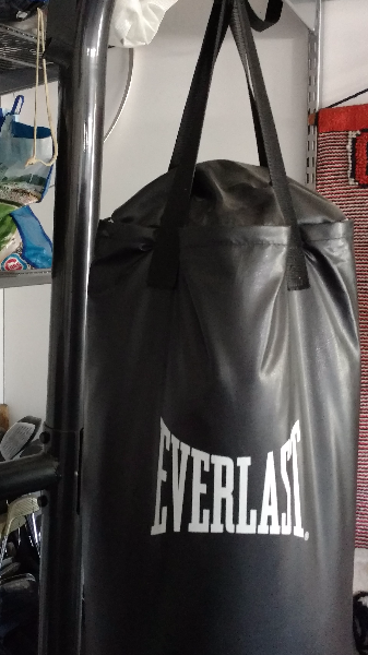 black leather Everlast heavy bag with stand LITTLETON