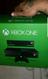 Xbox One console with controller box Montréal, H4V 2M7