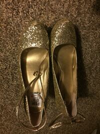 women's pair of gold glitter closed shoes Spring Lake Park, 55432