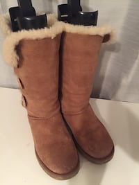 Ugh boots bailey button extremely good condition. Size 8 womens Brampton, L6R