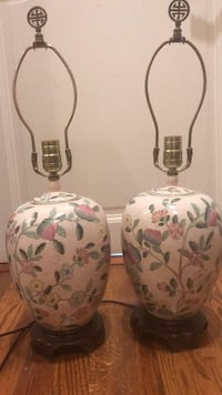 A pair of beautiful porcelain vases Middleburg, 20117