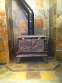 Cast iron stove with chimney .. we will help you load to your transport .. ~31x27x27  Montréal, H1E 4R1