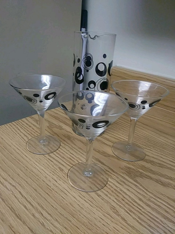 Decorative glass pitcher/3 martini glasses