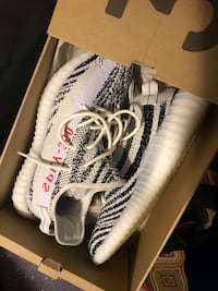 unpaired white and black adidas Yeezy Boost 350 with box 39 km