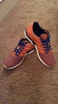 paire d'adidas orange et bleu Flyknit bas top sneakers