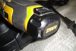 DeWalt DCF 682 CORDLESS SCREW DRIVER 8 VOLT WITH BATTERY AND CHARGER 9169-2
