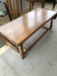 Wood coffee table. With side extensions. Great condition.  Delivery an extra $5  London, N5Y 4A6