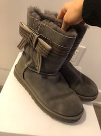 UGGs, size 7US, CLASSIC SHORT GREY with the bow on the side Toronto, M5V 2E9