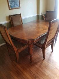 Dining room table in good condition Alexandria