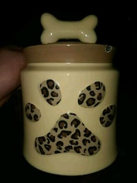 Treat container for pets 363 mi