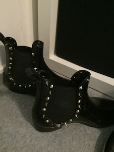 sort skinn spike stud booties
