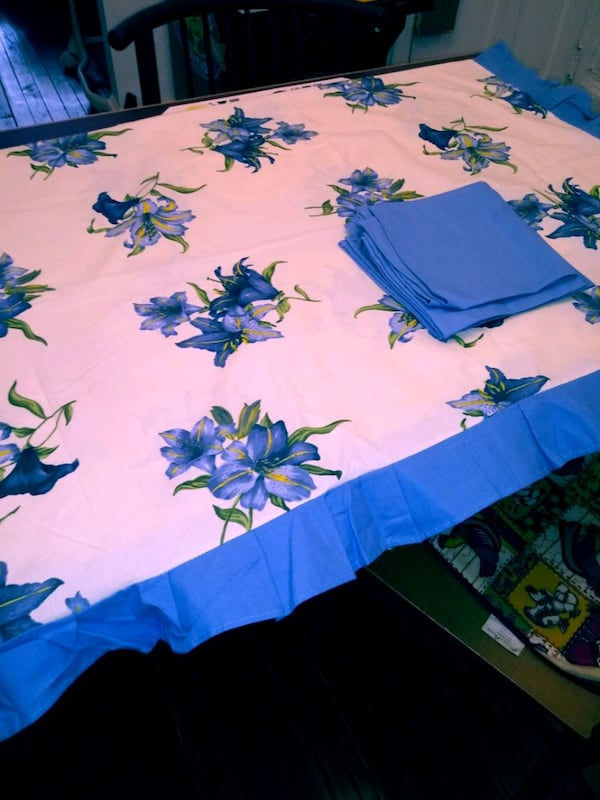 Beautiful table cloth with 6 cloth napkins 960b1141-6683-457f-a596-657ea9230447