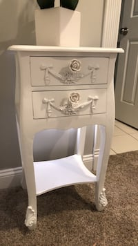 Pretty white side table  Fairview, 16415