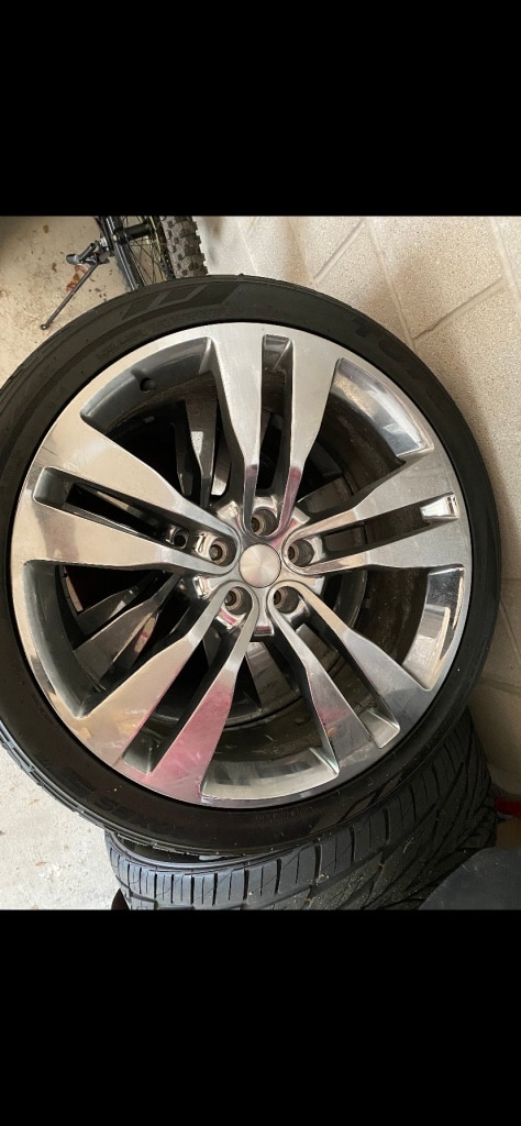 Photo 22' 2019 Chrysler 300 wheels and tires new